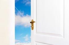 Les portes blanches sont ouvertes de nouveau monde Photo stock