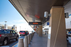 Les portes de départ d'aéroport conduisent par l'entrée, Alaska Airlines Photographie stock