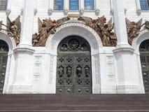 Les portes de la cathédrale du Christ le sauveur à Moscou Images stock