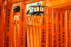 Les portes de Torii de Fushimi Inari Shrine à Kyoto, Japon Photographie stock libre de droits