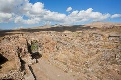 Les portes de ville et les murs en pierre détruits autour du Zoroastrian historique mettent le feu au temple en Iran Images stock