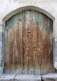 Les portes en bois antiques arquées antiques avec un métal ferment à clef au milieu photographie stock libre de droits