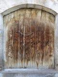 Les portes en bois antiques trapézoïdales antiques avec un métal ferment à clef au milieu images stock