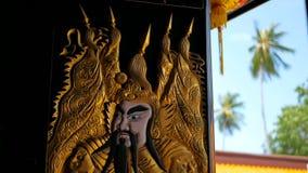 Les portes en bois décorées des gardiens saints antiques Qin Shubao et Yuchi Jingde de dieux de porte de chinois traditionnel se  clips vidéos