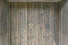 Les portes en bois de chinois traditionnel avec le lion dirigent des heurtoirs de porte image libre de droits