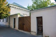 Les portes en bois du XVIIIème siècle avec deux guichets dans le vieux secteur de Podil dans Kyiv Kiev, Ukraine photos stock