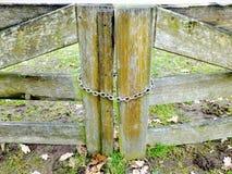Les portes en bois se sont fermées par la chaîne en métal photo libre de droits