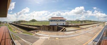 Les portes et le bassin de Miraflores ferme à clef le canal de Panama Photographie stock libre de droits