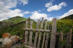 Les portes frôlent dessus dans le vilage de montagne Image stock