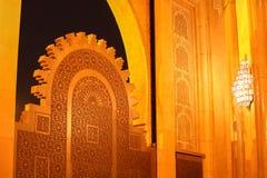 Les portes titaniques du Roi Hassan II, arcade de mosquée, nuit à Casablanca, Maroc, Afrique Image libre de droits