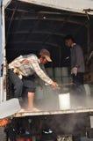 Les portiers rasent la glace au port maritime local de l'île de Dao d'escroquerie du Vietnam Photos stock