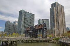 Les portiques en acier historiques de chemin de fer aux chasseurs se dirigent dans la ville du Long Island, Queens photographie stock