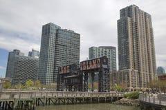 Les portiques en acier historiques de chemin de fer aux chasseurs se dirigent dans la ville du Long Island, Queens photographie stock libre de droits