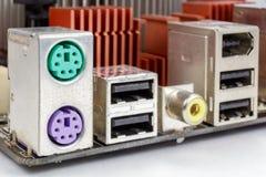 Les ports pour relient le clavier et la souris à la carte mère photographie stock libre de droits