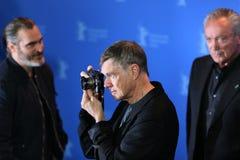 Les poses de Gus Van Sant au ` Don que le ` t s'inquiètent, il ont gagné le ` t obtiennent loin à pied photos libres de droits