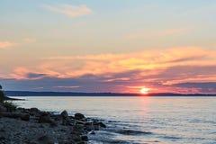 Les positionnements du soleil derrière l'horizon Photo libre de droits