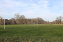 Les poteaux de but pour le football et le football ont conçu pour des sports de lycée et d'université image libre de droits
