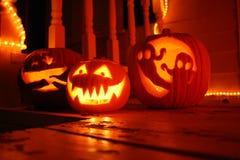 Les potirons de nuit de Halloween mettent sur cric la lanterne d'o découpée avec la bougie orange-clair Photos stock