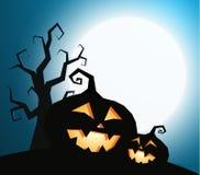 Les potirons silhouettent avec l'arbre sec sur le fond bleu-foncé de ciel avec la lumière de pleine lune, illustration de vecteur illustration libre de droits