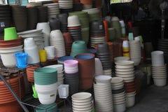 Les pots de couleur dans la boutique Photo libre de droits