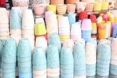 Les pots de couleur dans la boutique Images stock