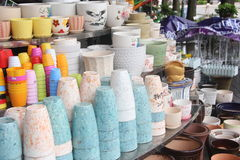 Les pots de couleur dans la boutique Images libres de droits