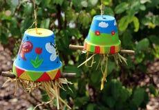 Les pots de fleur peints colorés multi ont rempli de paille Photographie stock