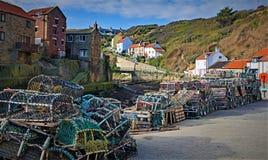 Les pots de homard traînent, dans Staithes, près de Scarborough, dans North Yorkshire photos stock