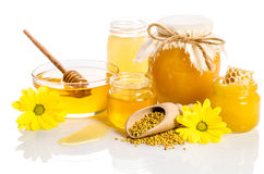 Les pots de miel avec des nids d'abeilles, bol en verre avec du miel Image stock