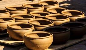 Les pots en céramique, fondre, le feu et la terre passent le pot Image libre de droits