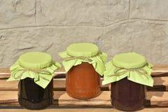 Les pots en verre avec la confiture faite maison photographie stock libre de droits