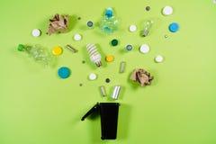Les poubelles et les déchets assortis d'isolement sur le vert, réutilisent le conce photographie stock libre de droits