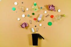 Les poubelles et les déchets assortis d'isolement sur le vert, réutilisent le conce photographie stock