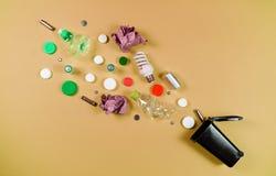 Les poubelles et les déchets assortis d'isolement sur le vert, réutilisent le concept, image libre de droits
