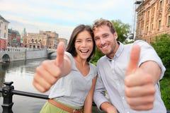 Les pouces lèvent des couples heureux à Stockholm, Suède Photo stock