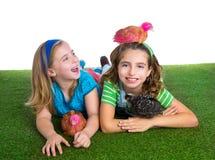 Les poules d'éleveur badinent des filles d'agriculteur de soeur ayant l'amusement avec le chi de poulet Photos libres de droits