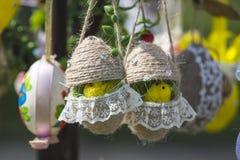 Les poulets d'oeuf de pâques accrochent sur l'arbre de ressort image libre de droits