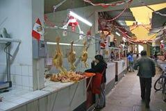 Les poulets sont prêts pour la vente dans une boucherie image stock