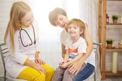 Les poumons du jeune patient d'examinate de Pediatrist avec le stéthoscope photographie stock
