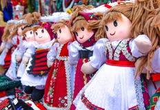 Les poupées faites main colorées traditionnelles roumaines, se ferment  Poupées de cadeau image stock