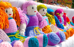 Les poupées faites main colorées traditionnelles roumaines, se ferment  Poupées de cadeau photo stock