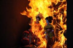 Les poupées japonaises ont brûlé au temple Photographie stock