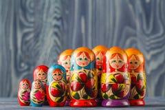 Les poupées russes colorées Matreshka Babushka d'emboîtement sont la plupart de Popul photos stock