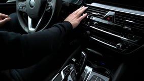 Les poussées d'homme mettent en marche le bouton de moteur dans la voiture banque de vidéos