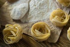 Les préparations pour faire les pâtes faites maison Image libre de droits