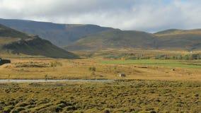 Les prés islandais près des collines des montagnes dans le jour ensoleillé d'automne, de bas nuages se déplace lentement clips vidéos