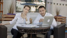 Les présentateurs en café disent quelque chose sur l'appareil-photo photo libre de droits