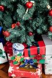 Les présents sous l'arbre de Noël Images stock
