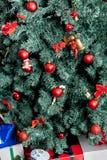 Les présents sous l'arbre de Noël Images libres de droits