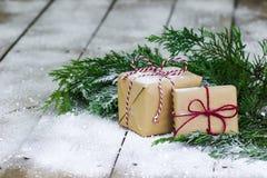 Les présents sur la neige ont couvert le porche Photographie stock